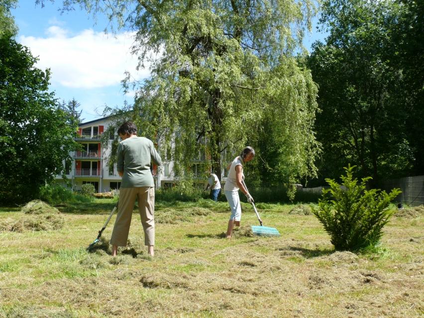 Vieles auf dem Grundstück und im Garten entsteht durch Eigenarbeit der Gruppe – wer körperlich nicht so fit ist, kümmert sich dann z.B. um die Verpflegung des Teams. Foto: Claudia Ollenhauer