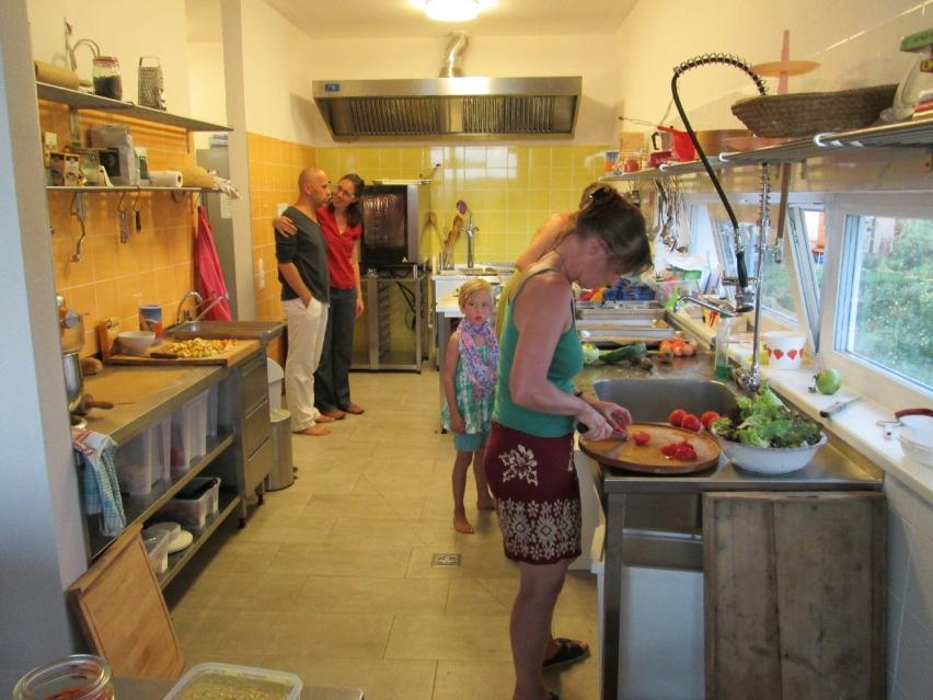 Bild: gemeinsames Kochen in der Gastroküche