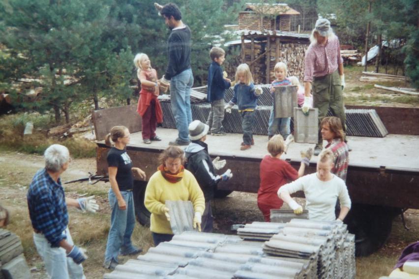 Ökodorf Sieben Linden 2004 Dachziegelaktion – vorgestellt bei bring-together