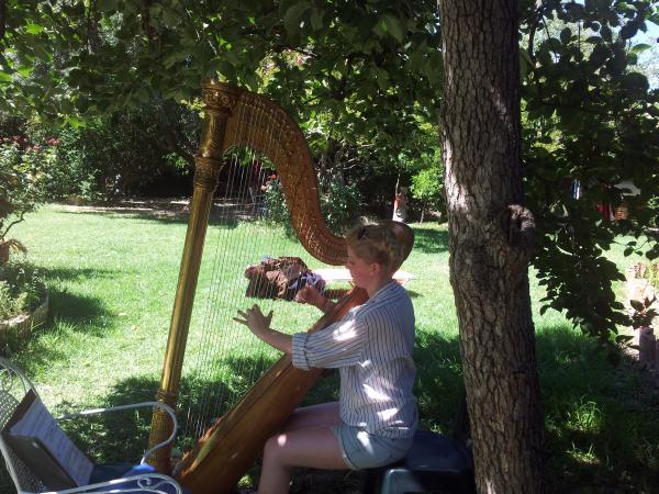Gemeinsam musizieren oder philosophieren im Garten der Musen am Golf von Korinth