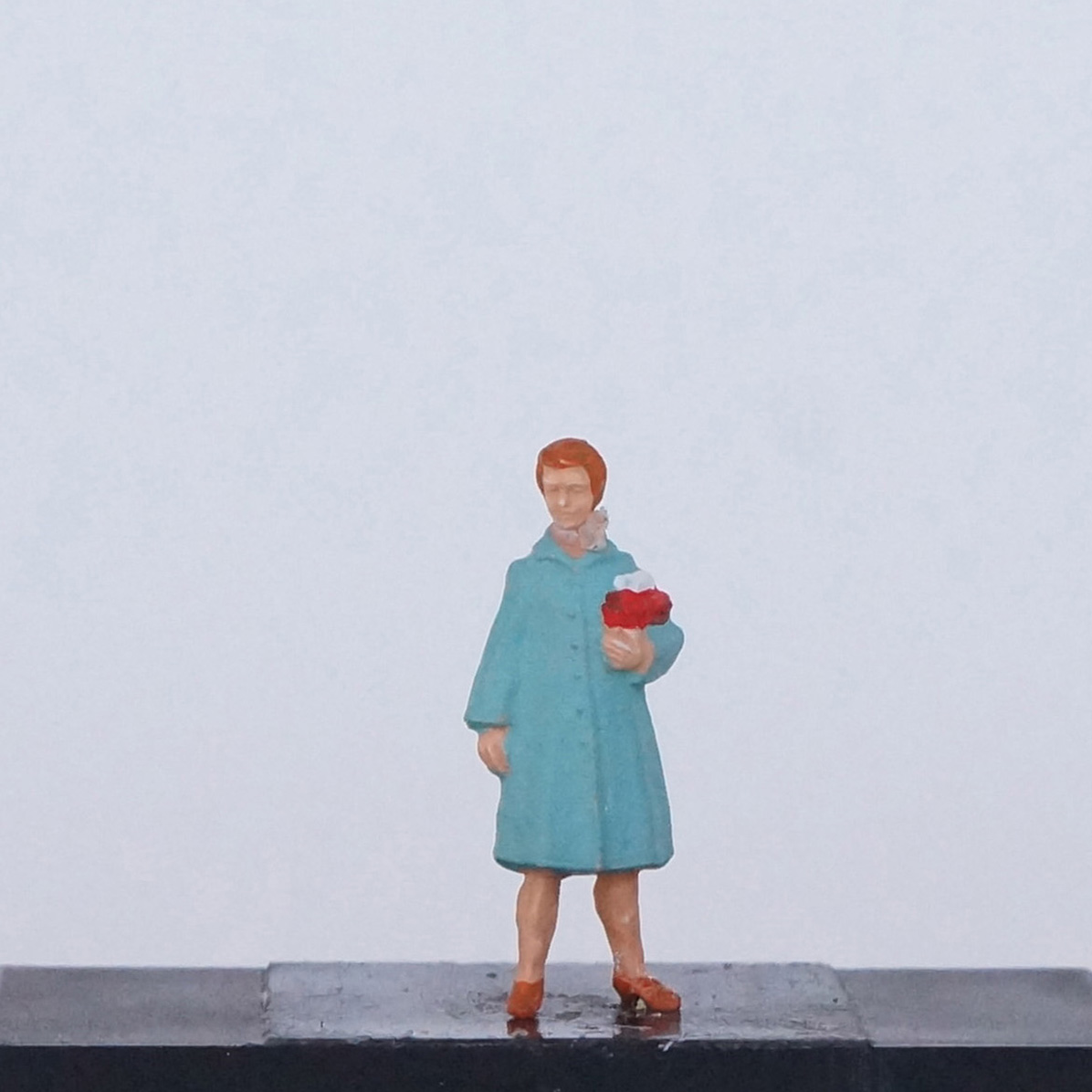 Frau in blauem Cape