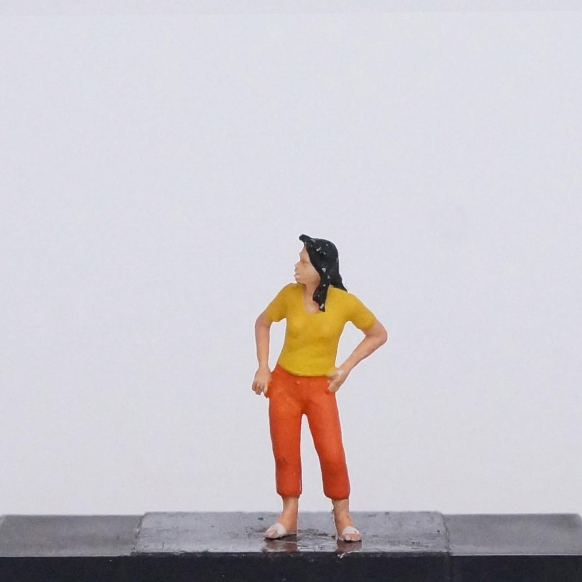 Frau in orangener Hose