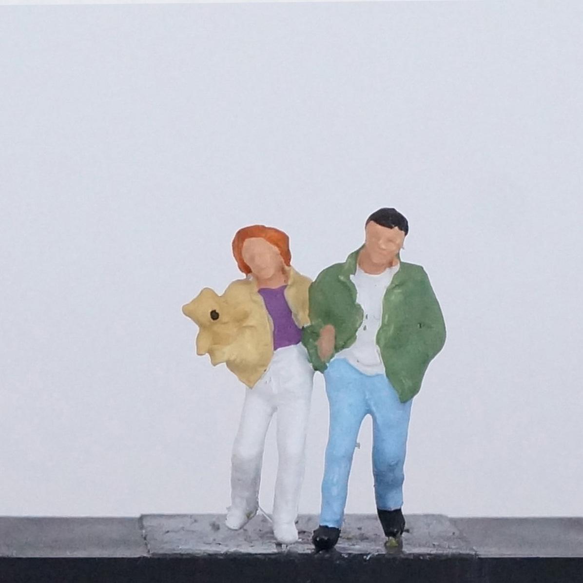 Frau mit Teddy und Mann